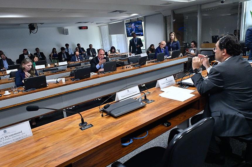 Comissão de Serviços de Infraestrutura (CI) realiza reunião deliberativa com 4 itens, entre eles, o PLC 26/2018, que libera construções à margem de estradas e ferrovias.  À mesa, presidente da CI, senador Eduardo Braga (MDB-AM).  Bancada: senadora Vanessa Grazziotin (PCdoB-AM); senador Fernando Bezerra Coelho (MDB-PE); senador Lasier Martins (PSD-RS);  Foto: Geraldo Magela/Agência Senado