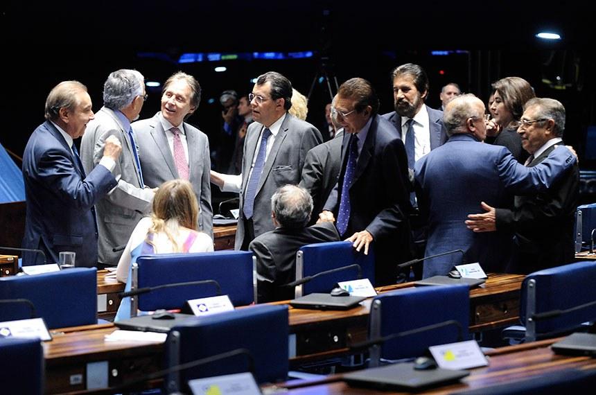 Plenário do Senado Federal durante sessão deliberativa ordinária. Ordem do dia.  Senadores conversam à bancada.  Bancada: senador Cristovam Buarque (PPS-DF);  presidente do Senado Federal, senador Eunício Oliveira (MDB-CE); senador José Agripino (DEM-RN); senador João Capiberibe (PSB-AP);  senadora Vanessa Grazziotin (PCdoB-AM).  Foto: Jonas Pereira/Agência Senado