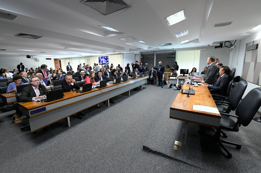 Comissão de Constituição, Justiça e Cidadania (CCJ) realiza reunião com 20 itens na pauta. Entre eles, o PLS 358/2015, que aumenta as penas previstas para os adultos que utilizam crianças ou adolescentes para a prática de crimes.  À mesa, presidente da CCJ, senador Edison Lobão (MDB-MA).  Bancada: senador Antonio Anastasia (PSDB-MG);  senador Benedito de Lira (PP-AL); senadora Vanessa Grazziotin (PCdoB-AM);  senador Eduardo Braga (MDB-AM);  senadora Simone Tebet (MDB-MS);  senador Eduardo Lopes (PRB-RJ);  senador Magno Malta (PR-ES), em pronunciamento.   Foto: Marcos Oliveira/Agência Senado