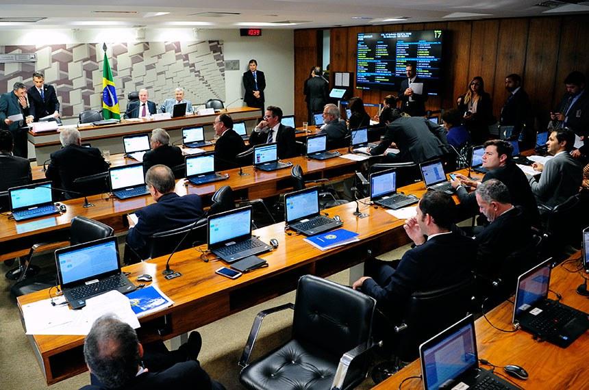 Comissão de Assuntos Econômicos (CAE) realiza reunião com 10 itens. Entre eles, o PLS 188/2010, que estabelece prazo de validade do exame da Ordem dos Advogados do Brasil (OAB).  Mesa: presidente da CAE, senador Tasso Jereissati (PSDB-CE); vice-presidente da CAE, senador Garibaldi Alves Filho (MDB-RN).  Bancada: senadora Kátia Abreu (PDT-TO); senadora Simone Tebet (MDB-MS); senador Airton Sandoval (MDB-SP); senador Ciro Nogueira (PP-PI);  senador Fernando Bezerra Coelho (MDB-PE);  senador Elmano Férrer (Pode-PI); senador Otto Alencar (PSD-BA); senador Ricardo Ferraço (PSDB-ES);  senadora Regina Sousa (PT-PI);  senadora Vanessa Grazziotin (PCdoB-AM); senador José Agripino (DEM-RN).  Foto: Pedro França/Agência Senado