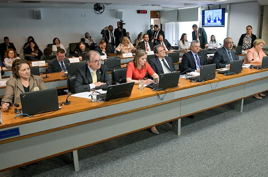 O relator, Dalirio Beber (2º à esq.) apresentou substitutivo ao texto de Waldemir Moka (4º à esq.)