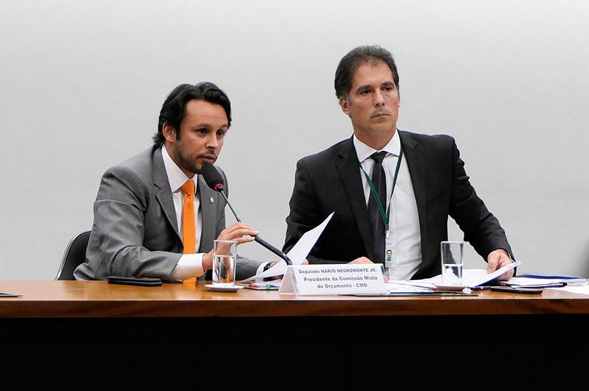 Comissão Mista de Planos, Orçamentos Públicos e Fiscalização (CMO) realiza reunião extraordinária.   Mesa:  presidente da CMO, deputado Mário Negromonte Jr. (PP-BA);  secretário da comissão.  Foto: Roque de Sá/Agência Senado