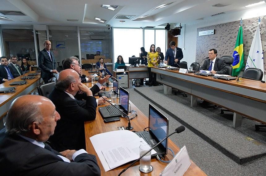 Comissão de Serviços de Infraestrutura (CI) realiza reunião com 11 itens na pauta, entre eles, leitura de relatórios de nomes indicados para diretores da Agência Nacional de Mineiração (ANM).  Em pronunciamento, à mesa, presidente da CI, senador Eduardo Braga (MDB-AM).  À bancada: senador Pedro Chaves (PRB-MS); senador Flexa Ribeiro (PSDB-PA);  senador Fernando Bezerra Coelho (MDB-PE), em pronunciamento.  Foto: Geraldo Magela/Agência Senado