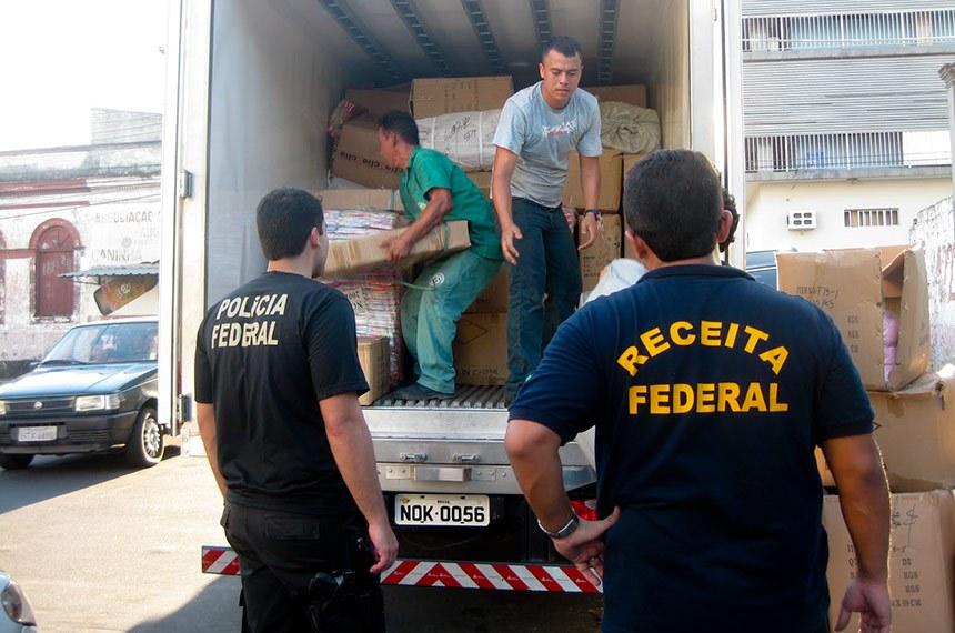 """Analistas Tributários lotados na NUREP (Núcleo de Repressão), no SEVIG (Serviço de Vigilância Aduaneira) e no SEDAD (Serviço de Despacho Aduaneiro) participaram de uma operação conjunta com a Polícia Federal denominada """"Conexão 25"""". A Polícia Federal deflagrou a Operação Conexão 25 em Manaus, com o cumprimento de sete mandados de busca e apreensão em lojas, escritórios e depósitos situados no Centro. A operação, contou com o apoio da Receita Federal e visava reprimir o contrabando e descaminho de mercadorias no Amazonas, em especial de produtos importados vindo da Rua 25 de Março, em São Paulo, além de outros produtos importados irregularmente, principalmente, de países asiáticos."""