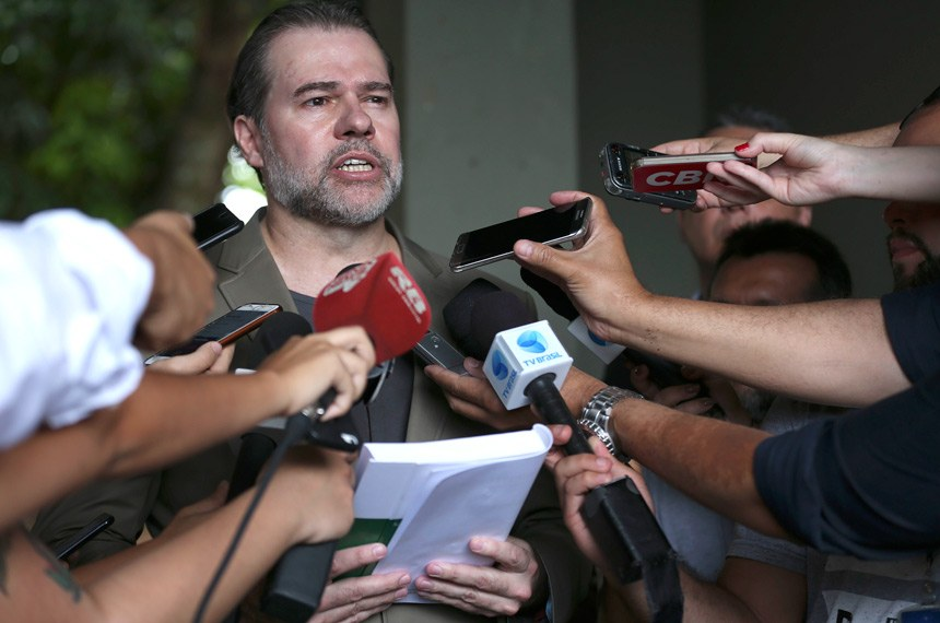 O presidente do Supremo Tribunal Federal (STF), Dias Toffoli, vota na seção eleitoral que funciona em uma escola no bairro Lago Norte, em Brasília