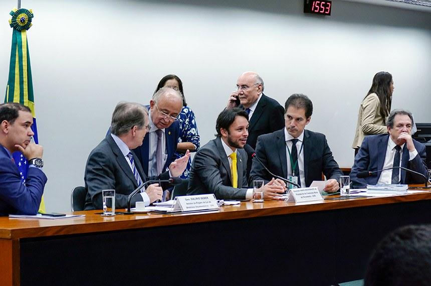 Comissão Mista de Planos, Orçamentos Públicos e Fiscalização (CMO) realiza reunião deliberativa extraordinária para tratar sobre matérias orçamentárias.   Mesa: deputado Vicentinho Júnior (PR-TO); relator do Projeto de Lei de Diretrizes Orçamentárias (LDO), senador Dalirio Beber (PSDB-SC);  presidente da CMO, deputado Mário Negromonte Jr. (PP-BA);  secretário da comissão;  relator-geral do Projeto de Lei Orçamentária Anual (LOA), senador Waldemir Moka (MDB-MS).  Foto: Roque de Sá/Agência Senado