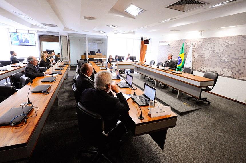 Comissão de Relações Exteriores e Defesa Nacional (CRE) realiza reunião para apreciação de acordos internacionais.  À mesa, presidente da CRE, senador Fernando Collor (PTC-AL) conduz reunião.  Bancada: senador Airton Sandoval (MDB-SP); senador João Alberto Souza (MDB-MA); senador Cristovam Buarque (PPS-DF).  Foto: Edilson Rodrigues/Agência Senado