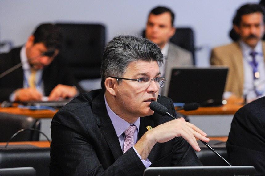Comissão de Meio Ambiente (CMA) realiza reunião deliberativa com 14 itens. Entre eles, o PLS 162/2015, que incentiva o uso integrado e sustentável dos recursos hídricos na aquicultura e agricultura.   À bancada em pronunciamento, senador José Medeiros (Pode-MT).  Foto: Edilson Rodrigues/Agência Senado