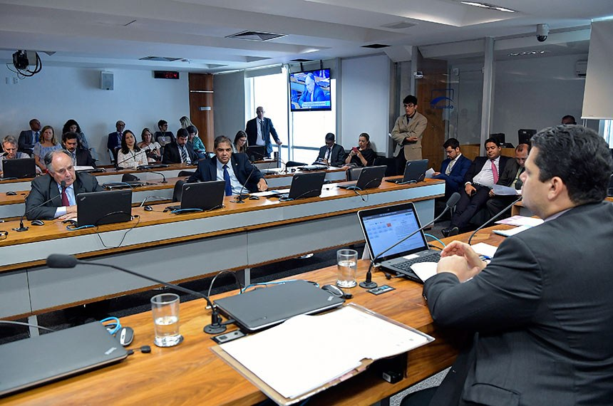 Comissão de Meio Ambiente (CMA) realiza reunião para discussão e votação das propostas de emendas desta comissão ao Projeto de Lei do Congresso Nacional nº 27 de 2018 (Projeto da Lei Orçamentária Anual para o exercício financeiro de 2019 - PLOA/2019).   À mesa, presidente da CMA, senador Davi Alcolumbre (DEM-AP).  Bancada: senador Cristovam Buarque (PPS-DF); senador Hélio José (Pros-DF).  Foto: Geraldo Magela/Agência Senado