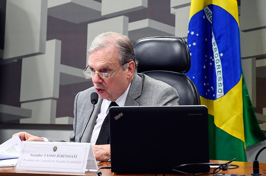 Comissão de Assuntos Econômicos (CAE) realiza reunião com 11 itens. Na pauta, o PLC 118/2014, que permite reaproveitamento de mercadorias falsificadas por cooperativas comunitárias ou oficinas de customização.  À mesa, presidente da CAE, senador Tasso Jereissati (PSDB-CE).  Foto: Marcos Oliveira/Agência Senado