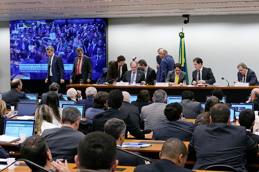 Comissão Mista de Planos, Orçamentos Públicos e Fiscalização (CMO) realiza reunião deliberativa extraordinária para tratar sobre matérias orçamentárias.   Participam:  senador Romero Jucá (MDB-RR);  deputado Vicentinho Júnior (PR-TO);  relator da Lei de Diretrizes Orçamentárias (LDO), senador Dalirio Beber (PSDB-SC);  presidente da CMO, deputado Mário Negromonte Jr. (PP-BA);  senador Paulo Rocha (PT-PA);  senador Waldemir Moka (MDB-MS).  Foto: Roque de Sá/Agência Senado