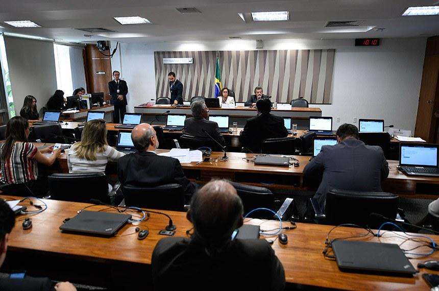 Comissão de Desenvolvimento Regional e Turismo (CDR) realiza reunião para apreciação das emendas ao Projeto de Lei Orçamentária Anual 2019 (PLOA 2019).  Mesa: vice-presidente da CDR, senadora Lídice da Mata (PSB-BA); relator das emendas ao PLOA 2019, senador Paulo Rocha (PT-PA).  Bancada: senador Eduardo Braga (MDB-AM); senador José Amauri (Pode-PI).  Foto: Edilson Rodrigues/Agência Senado