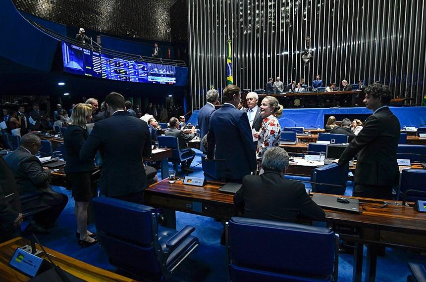 Plenário do Senado Federal durante sessão deliberativa ordinária. Ordem do dia.  À mesa, presidente do Senado, senador Eunício Oliveira (MDB-CE) conduz sessão.  Participam: senadora Fátima Bezerra (PT-RN); senador Antonio Anastasia (PSDB-MG); senador Roberto Muniz (PP-BA);  senador Walter Pinheiro (Sem partido-BA).  Foto: Marcos Oliveira/Agência Senado