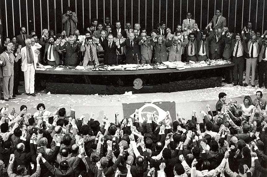 05/10/1988 - Encerramento das votações da nova carta constitucional, com o discurso do Presidente da Assembleia Nacional Constituinte (ANC) Deputado Ulysses Guimarães.
