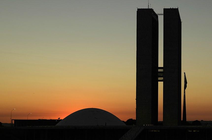 Fachada do Congresso Nacional, a sede das duas Casas do Poder Legislativo brasileiro, durante o amanhecer do dia.  As cúpulas abrigam os plenários da Câmara dos Deputados (côncava) e do Senado Federal (convexa), enquanto que nas duas torres - as mais altas de Brasília, com 100 metros - funcionam as áreas administrativas e técnicas que dão suporte ao trabalho legislativo diário das duas instituições.  Obra do arquiteto Oscar Niemeyer.   Foto: Pedro França/Agência Senado
