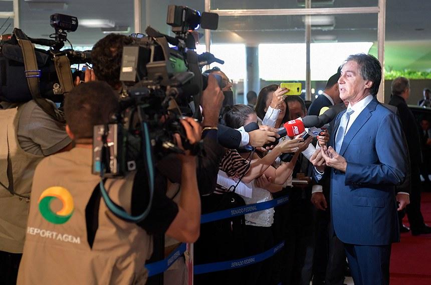 Preidente do Senado, senador Eunício Oliveira (MDB-CE), chega ao Congresso para participar de sessão solene e concede entrevista.  Foto: Marcos Brandão/Senado Federal