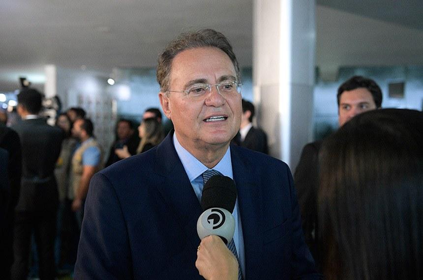 Senador Renan Calheiros (MDB-AL) concede entrevista após sessão solene do Congresso Nacional destinada a comemorar os 30 anos da Constituição Cidadã.  Foto: Pedro França/Agência Senado