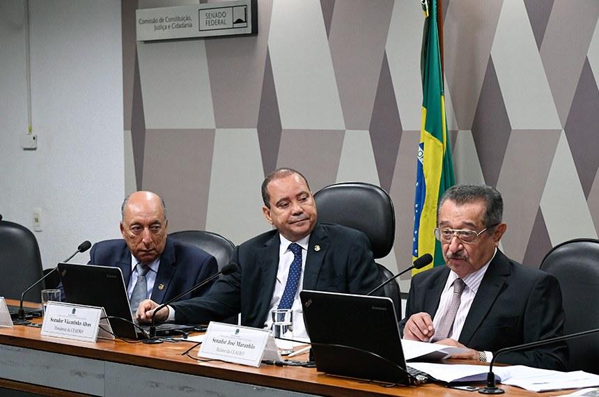 Senadores Pedro Chaves, Vicentinho Alves e José Maranhão (da esq. para a dir.), respectivamente vice, presidente e relator da comissão especial que analisa o novo Código de Aeronáutica