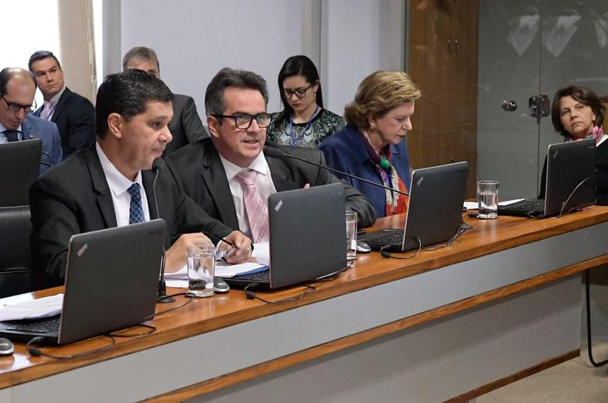 Ricardo Ferraço (à esq.) apresentou substitutivo à proposta original. Contrário à votação em regime de urgência, Ciro Nogueira (de óculos) pediu que o projeto siga para a Comissão de Transparência