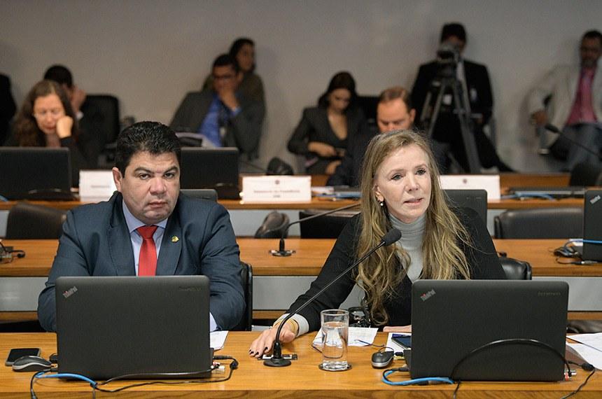 Comissão de Assuntos Sociais (CAS) realiza reunião com 14 itens. Na pauta, PLS 154/2018, que obriga INSS a recrutar peritos de outros órgãos para realização de perícias médicas.  (E/D): senador Cidinho Santos (PR-MT);  senadora Vanessa Grazziotin (PCdoB-AM), em pronunciamento.  Foto: Pedro França/Agência Senado