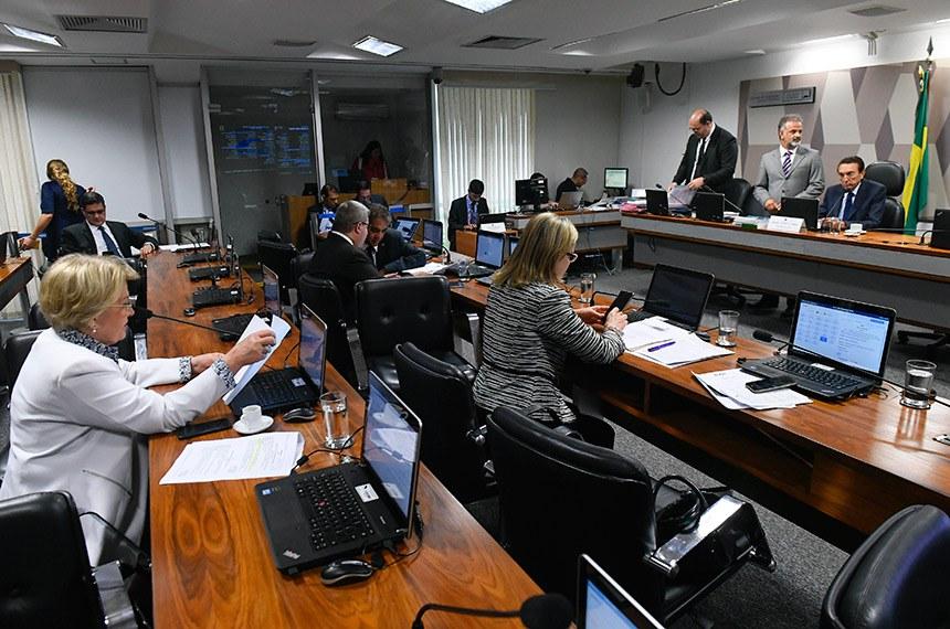 Comissão de Constituição, Justiça e Cidadania (CCJ) realiza reunião com 28 itens. Na pauta, o PLC 99/2017, que aumenta valor das taxas nos cartórios do DF.  Foto: Marcos Oliveira/Agência Senado
