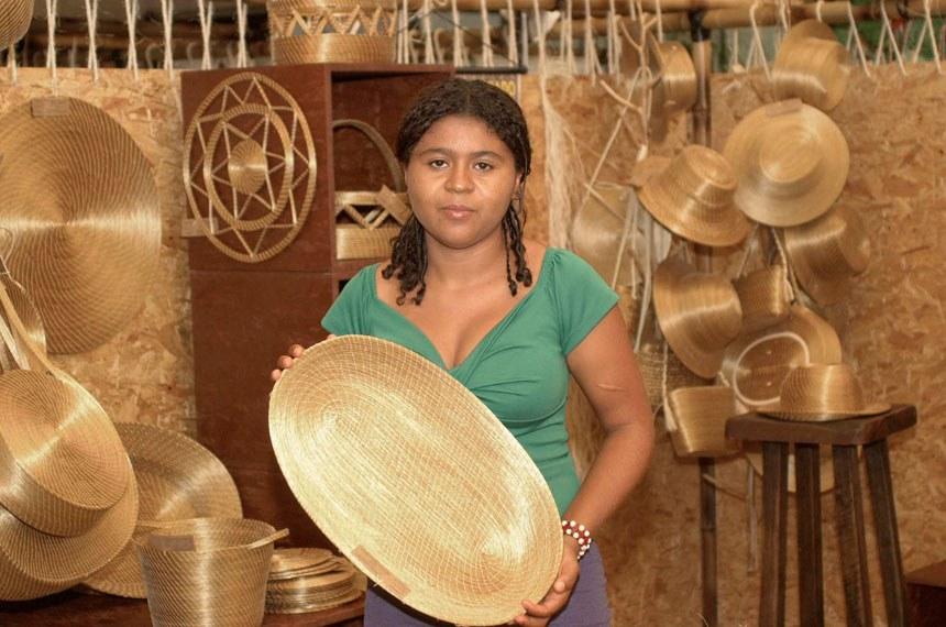 Artesã mostra seu trabalho com capim dourado, no estado do Tocantins