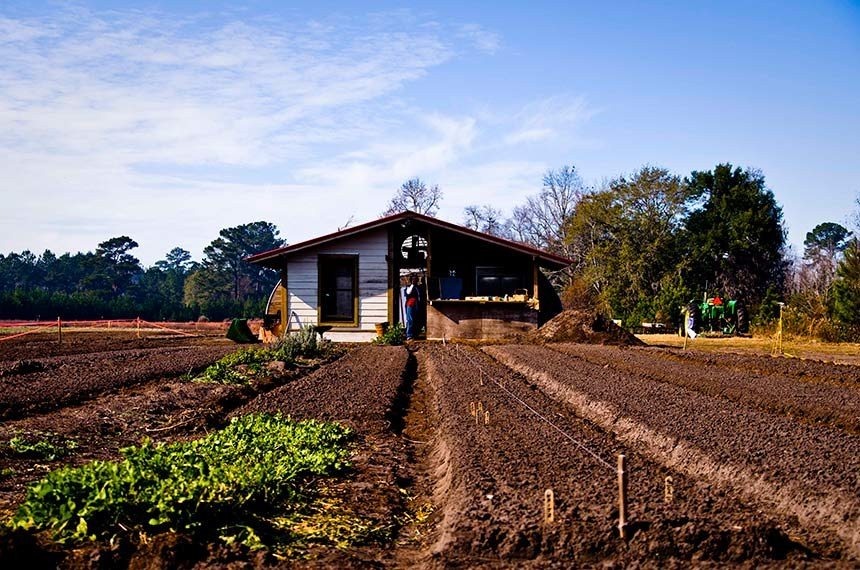 Projeto regulamenta compensação ambiental em assentamentos rurais.  A regularização ambiental de lotes situados em assentamentos da reforma agrária e áreas de até um módulo fiscal poderá ser feita mediante compensação ambiental. É o que propõe o Projeto de Lei do Senado (PLS) 381/2017, do senador Cidinho Santos (PR-MT). O texto tramita na Comissão de Meio Ambiente (CMA), sob a relatoria do senador Acir Gurgacz (PDT-RO). A proposta também foi distribuída à Comissão de Agricultura e Reforma Agrária (CRA), onde será analisada em caráter terminativo.   Na foto, famílias da zona rural do Ceará receberão um projeto inovador para aproveitar ao máximo o potencial da água em épocas de seca. Serão implantados em 17 municípios Projetos-Pilotos de Reúso de Água Cinza, com o objetivo de tratar a água utilizada no banho, na lavagem de louça e roupa, para servir à produção de alimentos. O governo do estado enviou à Assembleia Legislativa mensagens que autorizam a liberação dos recursos para a ação, e devem ser votadas nesta semana.  Foto: Ken Hawkins/ABr
