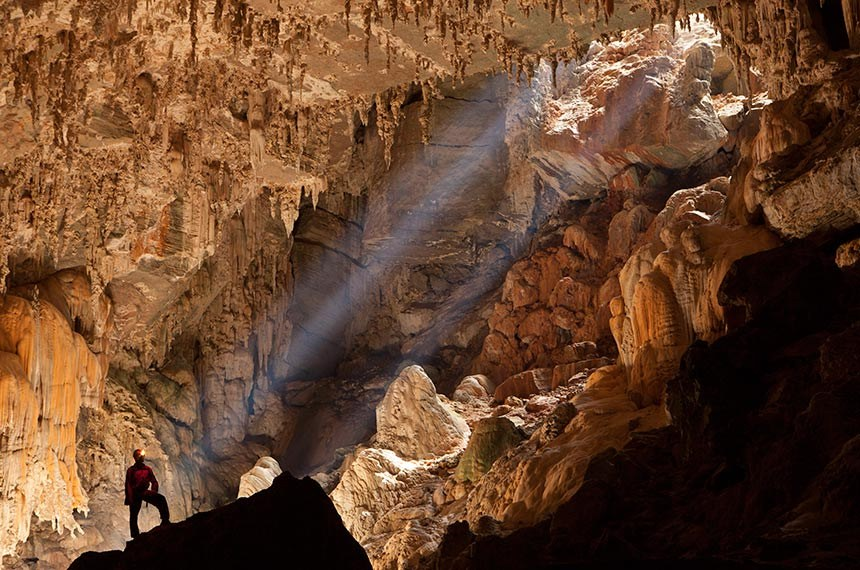 Espeleólogo observa claraboia no interior da Caverna Terra Ronca.   Caverna Terra Ronca, Parque Estadual Terra Ronca, São Domingos, GO.   Foto: Caio Ribeiro