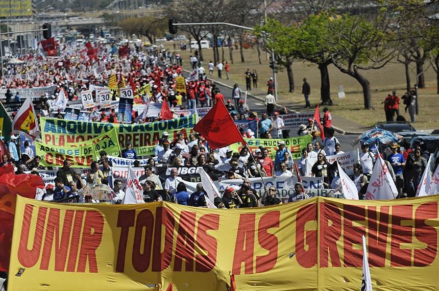Brasília - Um protesto dos servidores federais em greve prejudica o trânsito na Esplanada dos Ministérios, região central de Brasília, na manhã de hoje (15). Os manifestantes se concentraram no início da manhã em frente à Catedral Metropolitana, e, pouco após as 10h, saíram marchando pela Esplanada, fechando parte da pista. Os veículos que se aproximam estão sendo desviados pela Polícia Militar (PM).