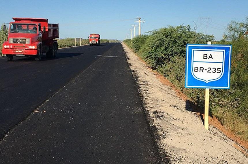 BR 235 lote 5 na Bahia Agosto/2018 - O Consórcio SVC/PAVISERVICE retomou as atividades no Lote 5 em junho, após a conclusão da revisão do projeto em razão dos canais de irrigação. A obra está  em fase final. O trecho de 4 Km, compreendido na região da Agrovale, já está asfaltado, porém sem sinalização horizontal. Este Lote possui 75,4 quilômetros de extensão, com 100% de asfalto. Importante ficar atento  e reduzir a velocidade ao passar nos trechos em o