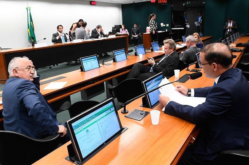 Comissão Mista de Planos, Orçamentos Públicos e Fiscalização (CMO) realiza reunião deliberativa.  Mesa: presidente da CMO, deputado Mário Negromonte Jr. (PP-BA); secretário da comissão; relator-geral do Projeto de Lei Orçamentária Anual (LOA), senador Waldemir Moka (MDB-MS).  Participam: deputado Júlio Cesar(PSD-PI); deputado Celso Maldaner ( MDB-SC); deputado Geraldo Resende (PSDB-MS); deputado Vicentinho Júnior (PR-TO), em pronunciamento.  Foto: Marcos Oliveira/Agência Senado
