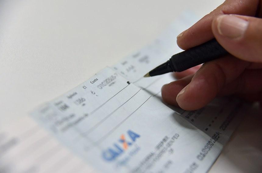 Regras para pagamento com cheque no comércio.     O PLC 124/2017, que estabelece regras para pagamentos com cheque no comércio. Conforme a proposta, aprovada pela Comissão de Constituição, Justiça e Cidadania (CCJ), o comerciante que se propuser a aceitar cheque como forma de pagamento somente poderá recusá-lo em duas situações: se o nome do emitente figurar em cadastro de serviço de proteção ao crédito ou se o consumidor não for o próprio emitente do cheque e titular da conta corrente.   Foto: Pillar Pedreira/Agência Senado