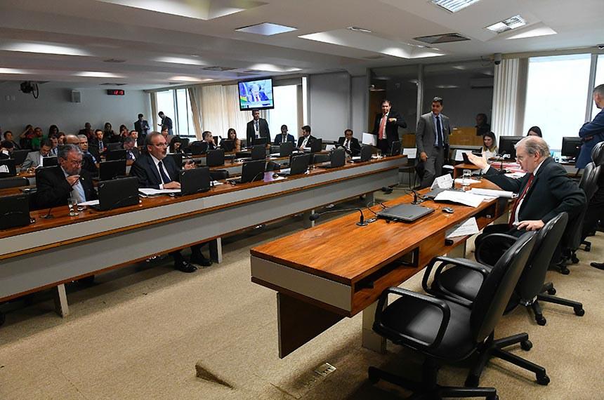 Comissão de Assuntos Econômicos (CAE) realiza reunião 12 itens na pauta. Entre eles, o PLC 124/2017, que regula pagamento com cheque no comércio.   Presidente da CAE, senador Tasso Jereissati (PSDB-CE) á mesa.  Bancada: senador Guaracy Silveira (DC-TO); senador Armando Monteiro (PTB-PE).   Foto: Marcos Oliveira/Agência Senado