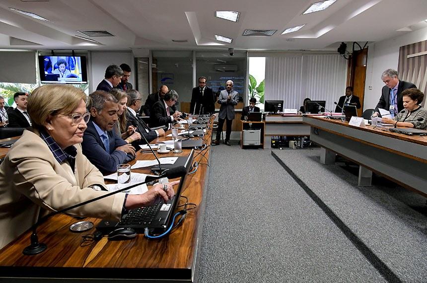Comissão de Direitos Humanos e Legislação Participativa (CDH) realiza reunião com 29 itens na pauta. Entre eles, o PLS 382/2011, que obriga cota de brinquedos para crianças com deficiência em shoppings.  À mesa, presidente da CDH, senadora Regina Sousa (PT-PI) conduz reunião.  Bancada: senadora Ana Amélia (PP-RS);  senadora Vanessa Grazziotin (PCdoB-AM); senador Romário (Pode-RJ); senador Paulo Paim (PT-RS); senador Lindbergh Farias (PT-RJ).  Foto: Waldemir Barreto/Agência Senado