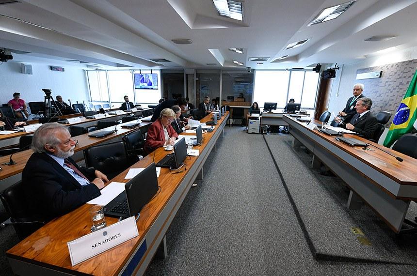 Comissão de Relações Exteriores e Defesa Nacional (CRE) realiza reunião deliberativa com 4 itens. Entre eles, o PDS 106/2018 que aprova o acordo sobre serviços aéreos entre a República Federativa do Brasil e a República de Cabo Verde.  À mesa, presidente da CRE, senador Fernando Collor (PTC-AL) conduz reunião.  Bancada: senadora Ana Amélia (PP-RS); senador Cristovam Buarque (PPS-DF); senador Airton Sandoval (MDB-SP); senador Jorge Viana (PT-AC).  Foto: Edilson Rodrigues/Agência Senado