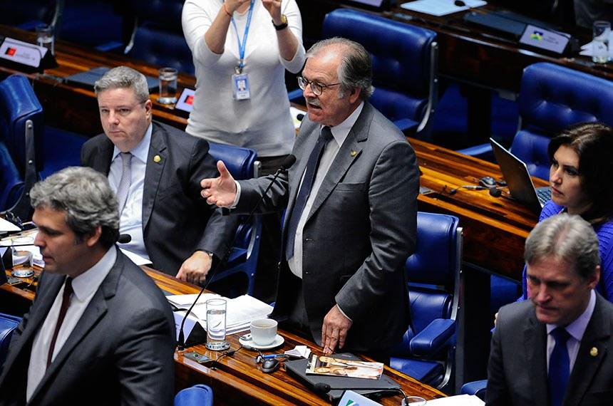Dalírio Beber (de pé) é o autor da proposta que impede que pena de inelegibilidade prevista pela Lei da Ficha Limpa seja aplicada em casos anteriores a 2010