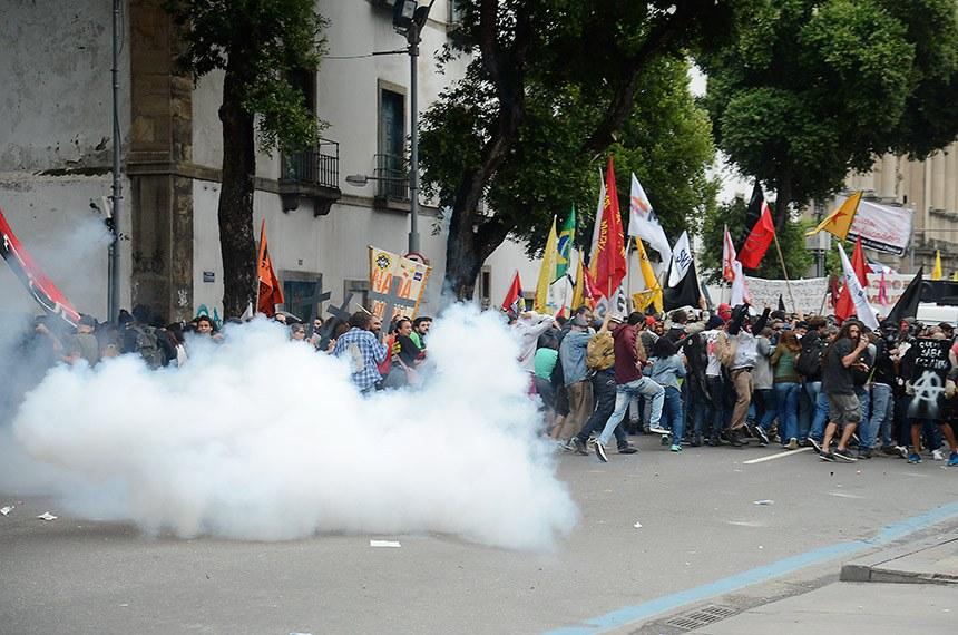 Rio de Janeiro - Polícia Militar e manifestantes entraram em confronto no centro do Rio durante protesto contra as reformas trabalhista e da Previdência (Tomaz Silva/Agência Brasil)