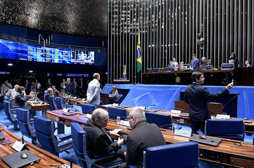 Plenário do Senado Federal durante sessão deliberativa ordinária.   Mesa: presidente do Senado, senador Eunício Oliveira (MDB-CE); secretário-geral da Mesa, Luiz Fernando Bandeira de Mello Filho; senador Flexa Ribeiro (PSDB-PA).  Foto: Waldemir Barreto/Agência Senado