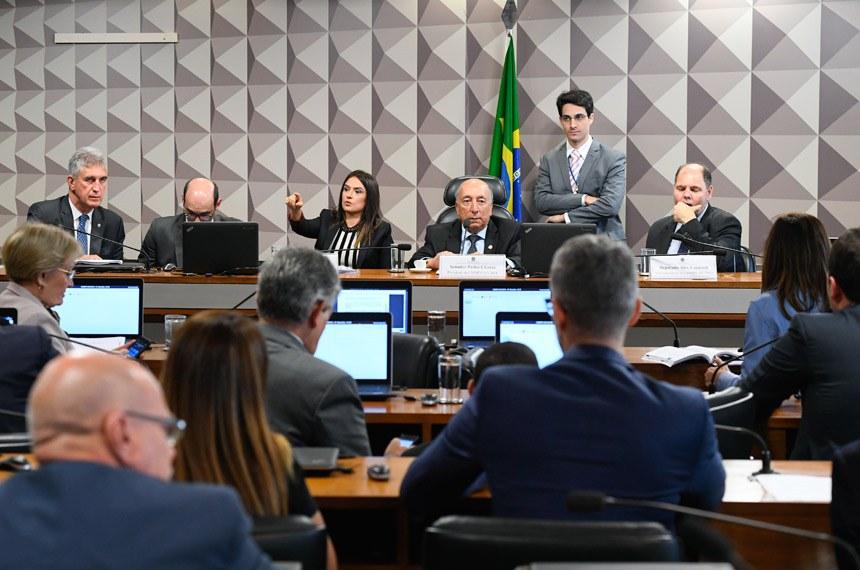 Comissão Mista da Medida Provisória (CMMPV) nº 851 de 2018, que cria fundos patrimoniais para financiar projetos de interesse público, realiza reunião para apreciação de relatório.  Mesa: deputada Bruna Furlan (PSDB-SP); presidente da MP 851/2018, senador Pedro Chaves (PRB-MS); vice-presidente da MP 851/2018, deputado Alex Canziani (PTB-PR).  Foto: Marcos Oliveira/Agência Senado