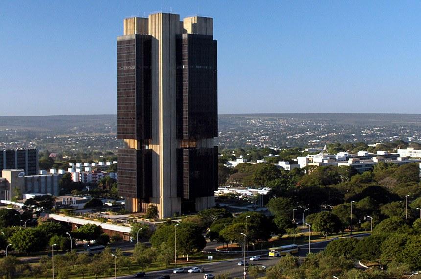 Fachada do Edifício-Sede do Banco Central em Brasília. Instituído em 1965, o Banco Central teve sua sede inicialmente no Rio de Janeiro. Em junho de 1967, foi transferido para a nova capital federal.