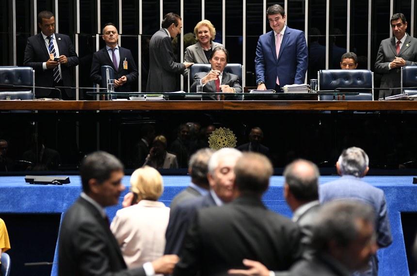 Plenário do Senado Federal durante sessão deliberativa ordinária. Ordem do dia.  Mesa: senador Edison Lobão (MDB-MA);  senadora Marta Suplicy (MDB-SP); presidente do Senado, senador Eunício Oliveira (MDB-CE).  Bancada: senador Ricardo Ferraço (PSDB-ES); senador Otto Alencar (PSD-BA);  senador Fernando Bezerra Coelho (MDB-PE); senador Renan Calheiros (MDB-AL).  Foto: Jefferson Rudy/Agência Senado