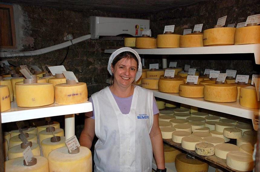 Incaper realiza curso de derivados do leite em Apiacá para pequenos produtores.