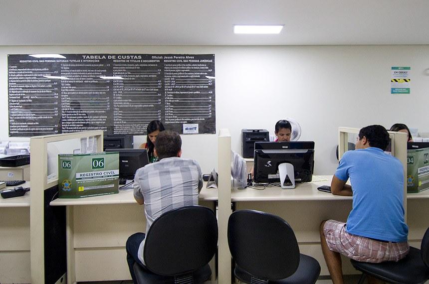 Pai registra certidão de nascimento de filho no Cartório do 2° Ofício Civil, na 504 Sul.