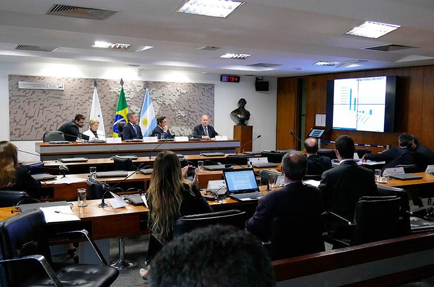 Grupo Parlamentar Brasil-Argentina (GPARGENTINA) realiza  audiência pública interativa para discutir gestão compartilhada de aduanas na fronteira como alternativa para o desenvolvimento e integração dos dois países.   Mesa: 2ª vice-presidente da GPARGENTINA, senadora Ana Amélia (PP-RS); presidente da GPARGENTINA, senador Fernando Collor (PTC-AL); embaixador da Argentina no Brasil, Carlos Alfredo Magariños; superintendente da Receita Federal do Brasil da 10ª Região Fiscal (RS), Luiz Fernando Lorenzi.  Foto: Roque de Sá/Agência Senado