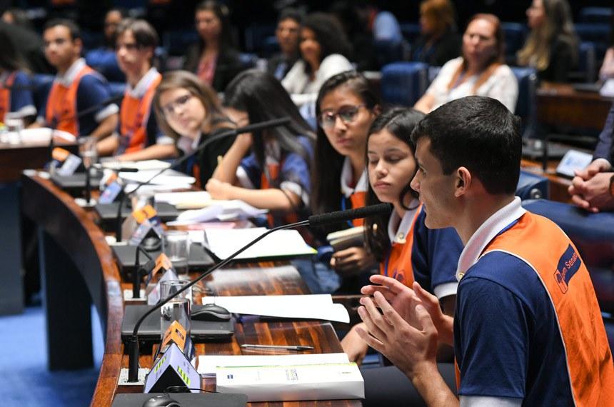 Plenário do Senado durante sessão destinada à votação dos projetos do Programa Jovem Senador 2018.  Uma das propostas, cria a Semana Nacional de Combate e Prevenção ao Abuso e Exploração Sexual de Crianças e Adolescentes. Outra criminaliza a introdução de espécime vegetal exótica no país. A terceira inclui na legislação o princípio do respeito à diversidade no ambiente escolar.  Se aprovadas pelos jovens senadores em Plenário, as propostas serão analisadas pela Comissão de Direitos Humanos e Legislação Participativa (CDH) e, se admitidas, tramitarão como projetos de lei.  Em pronunciamento, à bancada, 2º colocado, Matheus Moura Carabolante (SP).  Foto: Jefferson Rudy/Agência Senado