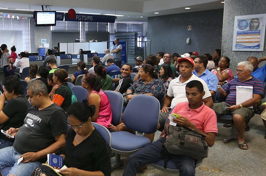 Agências da Caixa abrem para saque da conta inativa do FGTS. Com antecipação de saque do FGTS, agências da Caixa têm sábado movimentado.