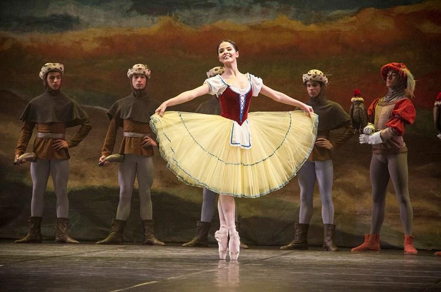 A bailarina Thaís Diógenes nasceu em Joinville e entrou na Escola de Ballet do Teatro Bolshoi aos 9 anos de idade e em 2016 foi contratada pela Ópera de Kazan, na Rússia