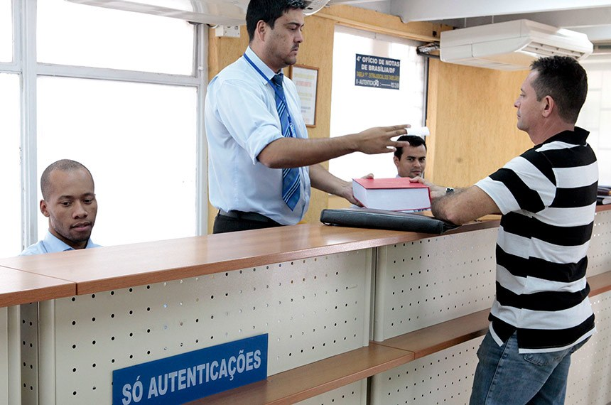 Cidadão é atendido em cartório de Brasília: se aprovada, nova tabela prevê aumentos de até 710% nos serviços, como no caso de reconhecimento de firma para transferência de veículo