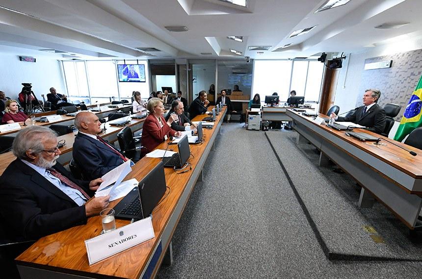 Comissão de Relações Exteriores e Defesa Nacional (CRE) realiza reunião deliberativa.  À mesa, presidente da CRE, senador Fernando Collor (PTC-AL).  Bancada: senador Airton Sandoval (MDB-SP); senador Lasier Martins (PSD-RS); senadora Ana Amélia (PP-RS); senador Cristovam Buarque (PPS-DF).  Foto: Edilson Rodrigues/Agência Senado