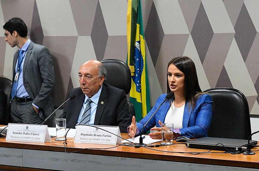 Comissão Mista da Medida Provisória (CMMPV) nº 851/2018, que cria fundos patrimoniais para financiar projetos de interesse público, realiza reunião para apreciação de relatório.  Mesa: presidente da MP 851/2018, senador Pedro Chaves (PRB-MS); deputada Bruna Furlan (PSDB-SP).  Foto: Marcos Oliveira/Agência Senado